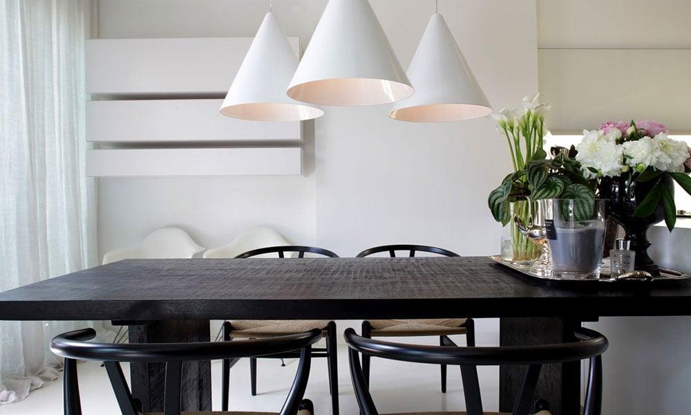 sedie nere con corda naturale e tavolo legno