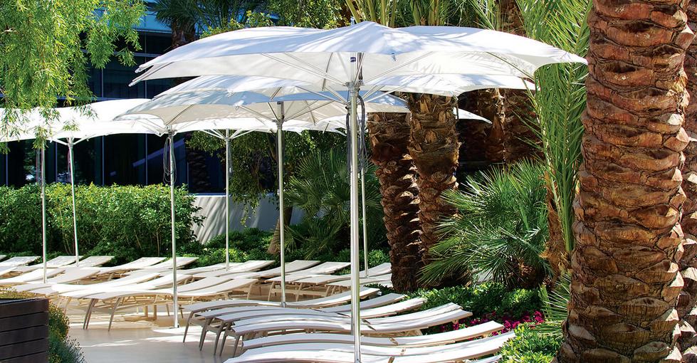 forniture-per-ristorazione-e-hotel-ombrelloni-di-desing-tuuci-ocean-master-crescent.png