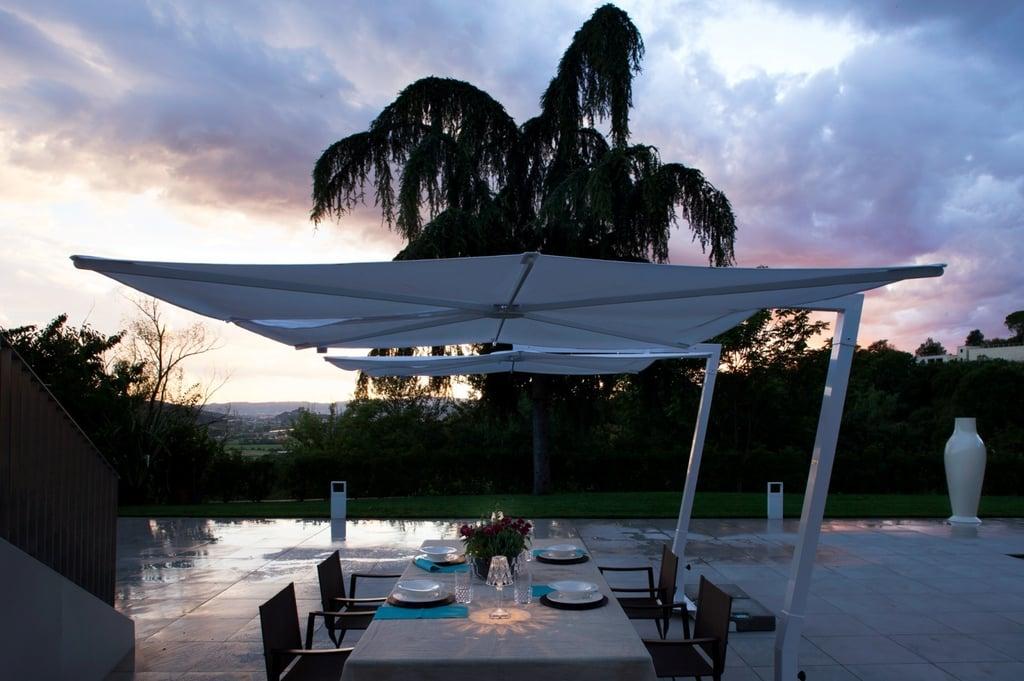 ad-arredo-dal-pozzo-progetto-arredo-ombrelloni-design-per-la-villa-con-piscina-in-stile-moderno-1.jpg
