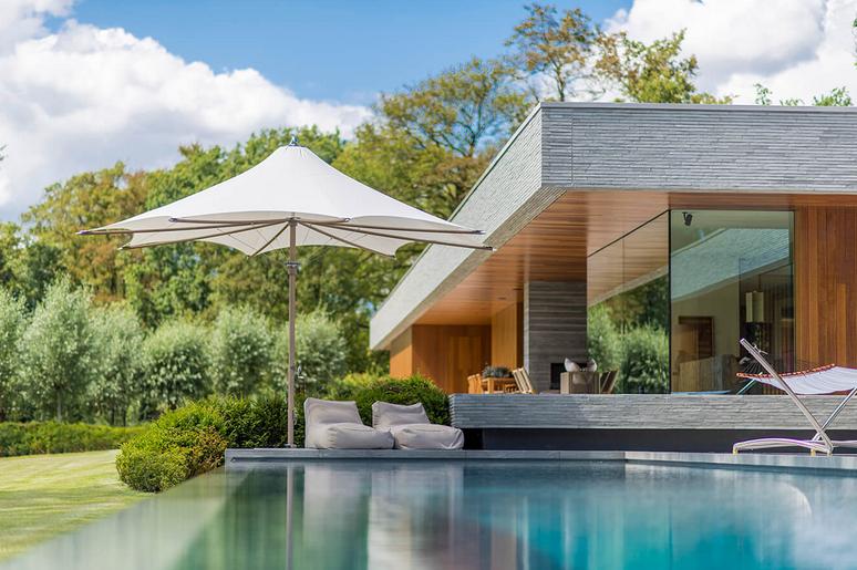 ad-arredo-dal-pozzo-progetto-arredo-ombrelloni-design-per-la-villa-con-piscina-in-stile-moderno-ocean-master-max-f-1.png