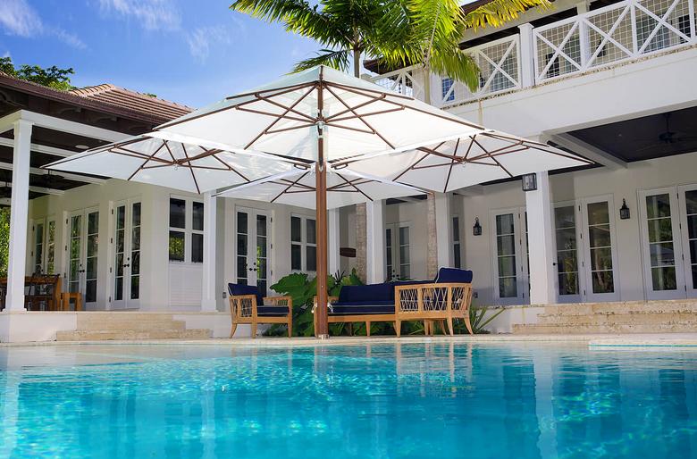 ad-arredo-dal-pozzo-progetto-arredo-ombrelloni-design-per-la-villa-con-piscina-in-stile-moderno-vineyard-shade-pod.png