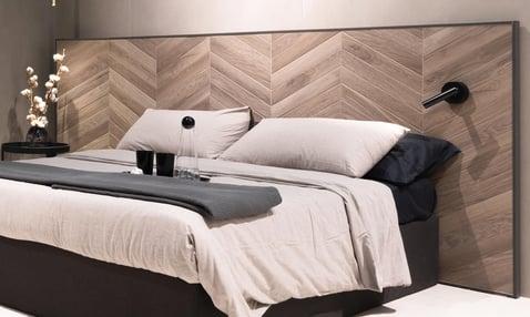 Le piastrelle di ceramica utilizzate al posto di una testiera di un letto