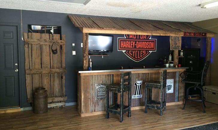 Un angolo bar all'interno di un garage