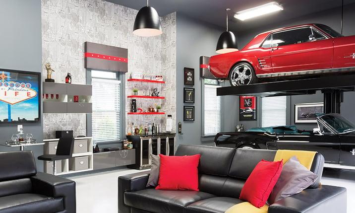 Un garage arredato con due auto espositive