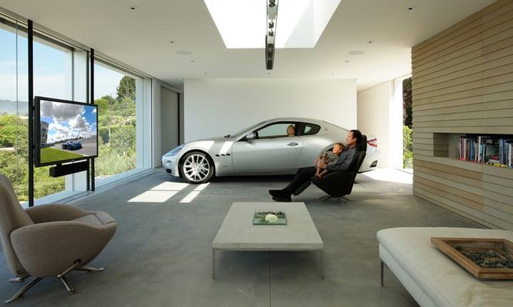 Un salottino all'interno di un garage