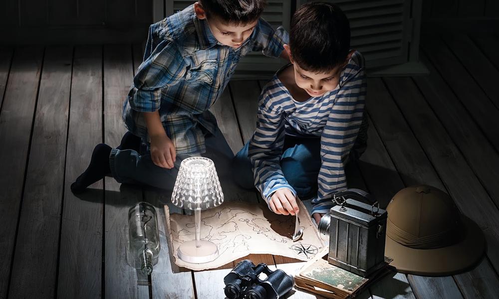 Una lampada Tiffany di Guzzini illumina l'ambiente