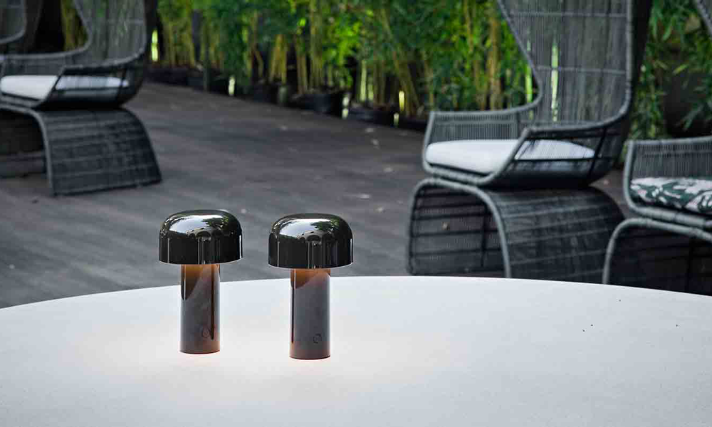 Lampade Bellhop di Flos illuminano un tavolo