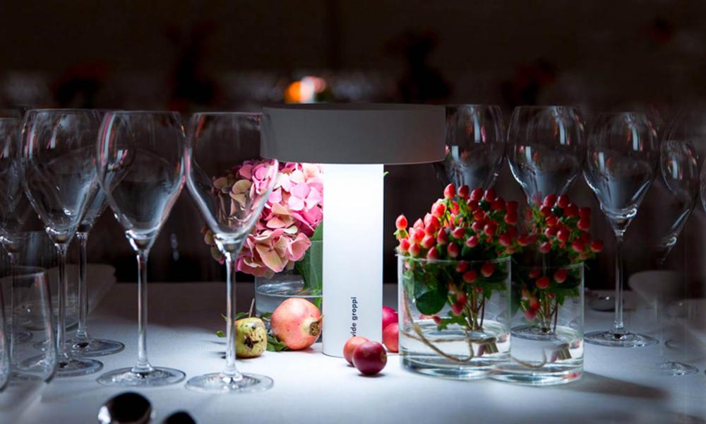 Una lampada Popup di Davide Groppi illumina un tavolo apparecchiato