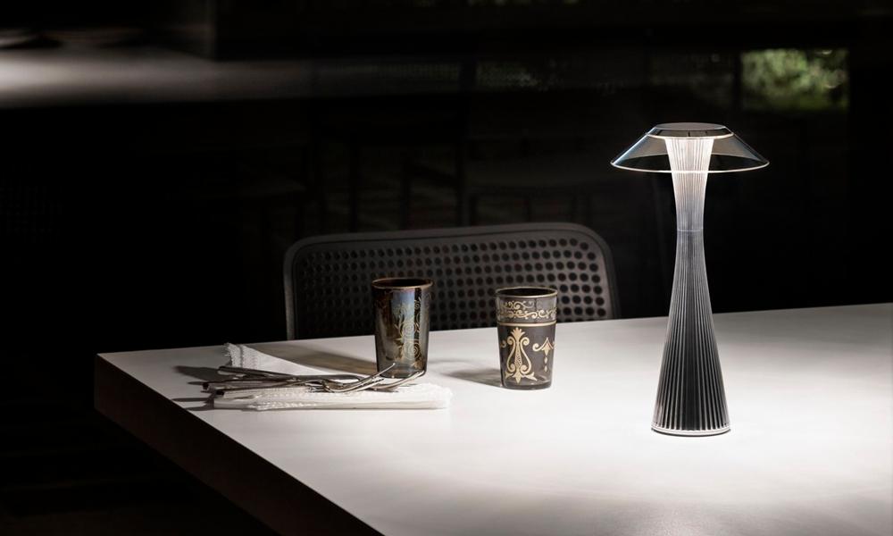 La lampada Space di Kartell illumina un tavolo apparecchiato