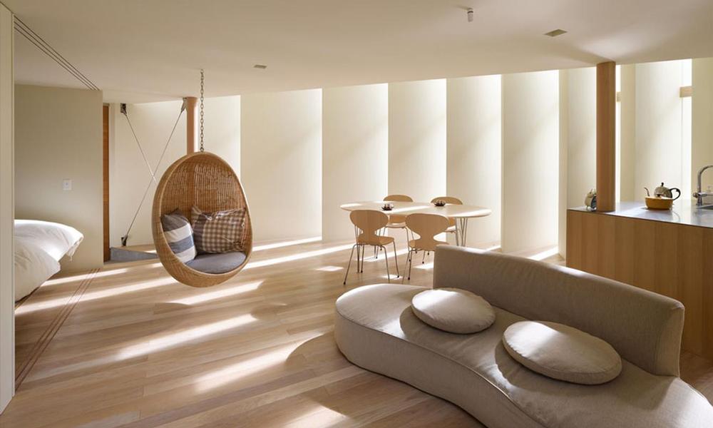 Un salotto con illuminazione naturale laterale