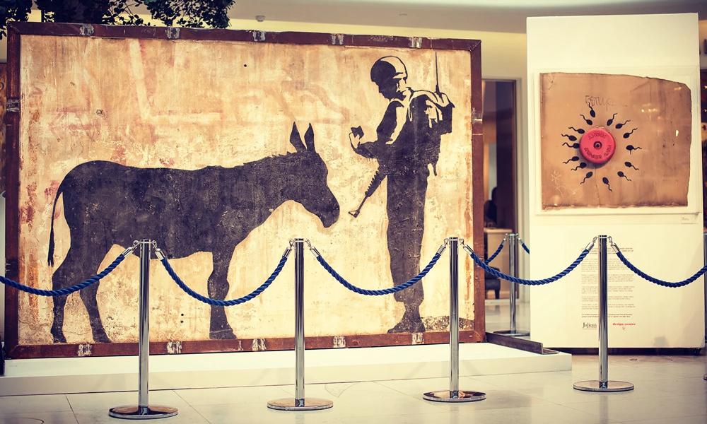 Il pezzo di muro trafugato dalla Palenista, decorato da un graffito di Banksy