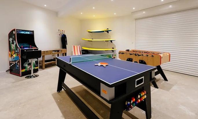 Una sala giochi in un garage