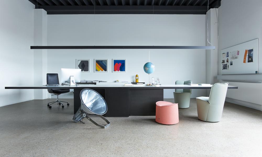 Un ufficio arredato con elementi di Cor
