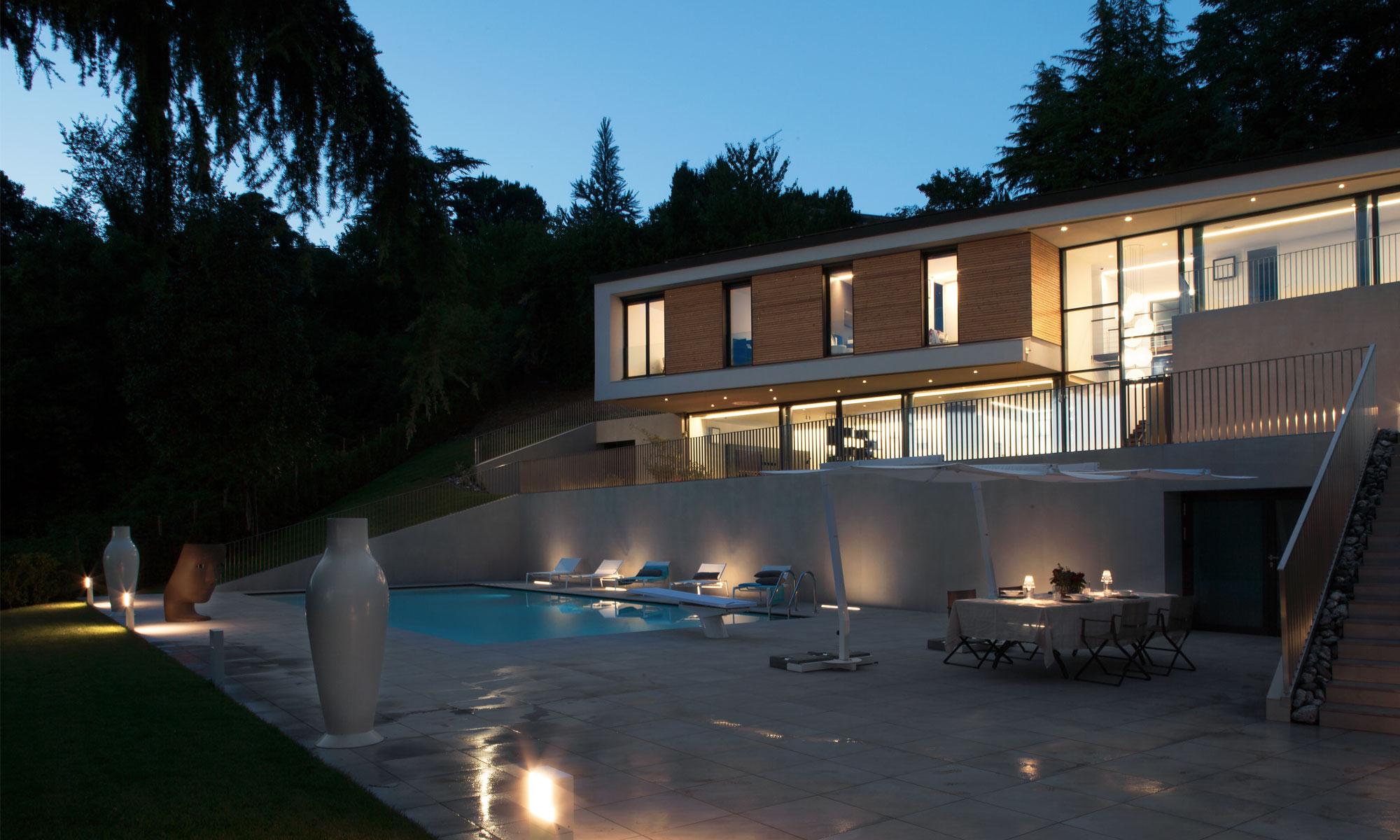 ad-arredo-dal-pozzo-progetto-arredo-ombrelloni-design-per-la-villa-con-piscina-in-stile-moderno-3.jpg