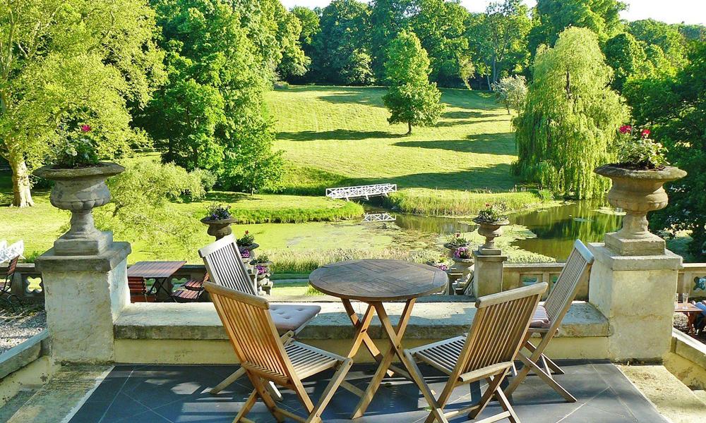 Un giardino arredato con tavoli e sedie di design