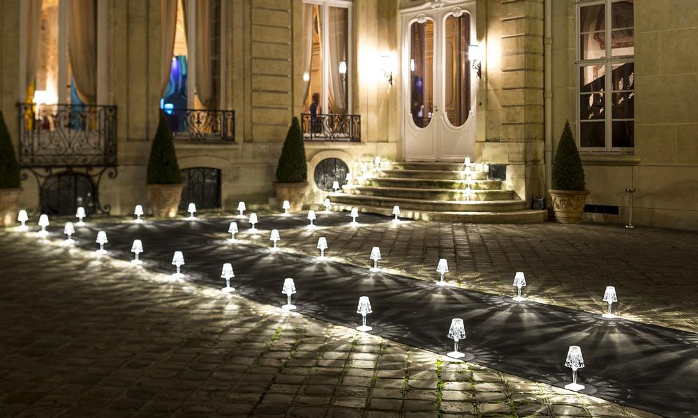 Delle lampade senza fili kartell illuminano l'entrata di un ristorante
